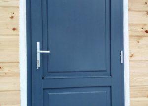 Деревянная дверь в доме из клееного бруса
